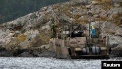 Один з човнів пошукової команди в районі невеликого острова в архіпелазі Стокгольма, Швеція, 20 жовтня 2014 року