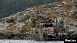 Шведські десантники оглядають острівець у перебігу пошукової операції, 20 жовтня 2014 року