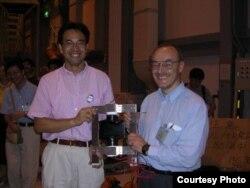 Такаши Накано и Дмитрий Дьяконов. Накано держит в руках элемент детектора, который он использовал в качестве мишени