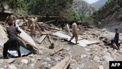 د راپورونو په اساس د پاکستان پوځیان په سیلاب ځپلو سیمو کې د خلکو مرستې ته وردانګلي.