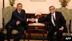 Azerbaýjanyň prezidenti Ylham Aliýew (çepde) we Ermenistanyň prezidenti Serž Sarkisiýan. 2009 ý.