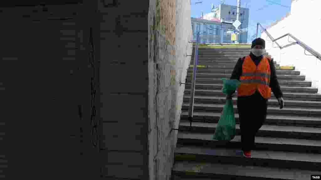 Сотрудница коммунальных служб в подземном переходе на площади Советской в Симферополе