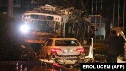 На месте взрыва в районе Кызылай в Анкаре. 13 марта 2016 года.
