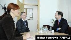 Patrick Moon u razgovoru sa šefom sarajevskog biroa RSE Milenkom Voćkićem i novinarkom RSE Dženanom Karabegović, 8. oktobar 2012.