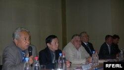 Сейсмологтар журналистерге баспасөз-мәслихатын өткізуде. Алматы, 21 мамыр, 2009 жыл.