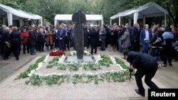 Возложение венков к монументу памяти жертв террора в Париже, 19 сентября 2016 года