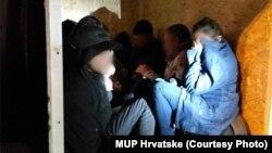 Migrantët e fshehur në një arkë druri.