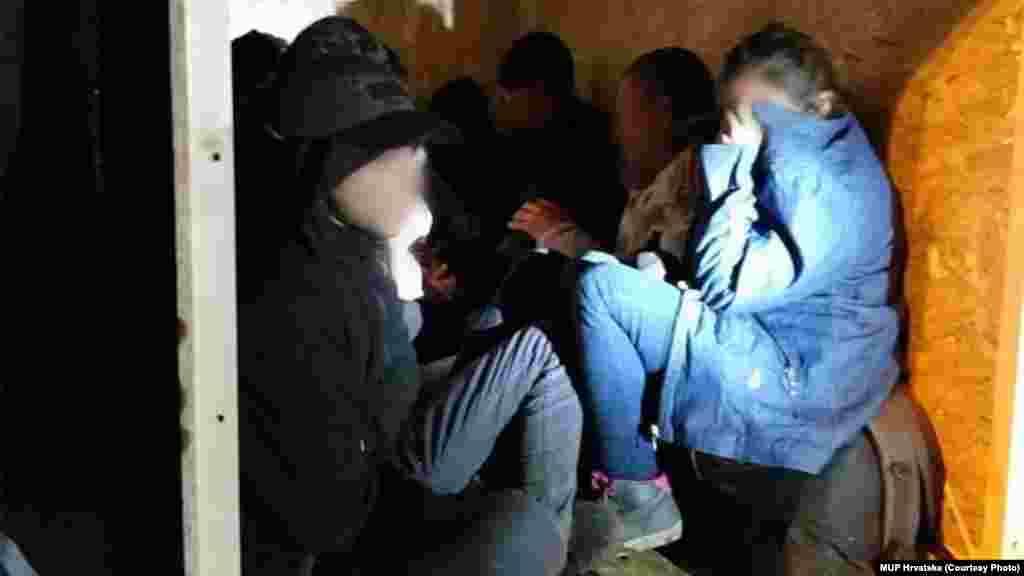 СРБИЈА / МАКЕДОНИЈА - Српските цариници денеска на граничниот премин Прешево откриле 12 мигранти во камион со мандарини и портокали, кој во земјата влегол од Македонија.