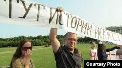 Митинг в защиту гуманитарной науки на Марсовом поле в Петербурге. 9 июля 2013 г. Фото Александра Боброва
