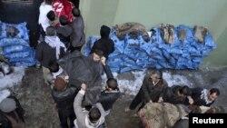 Жители провинции Ширнак несут тела курдов, погибших во время авиаудара 29 декабря, в морг