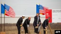 Церемония закладки камня под строительство объекта американской ПРО на румынской базе Девеселу в октябре 2013 года.