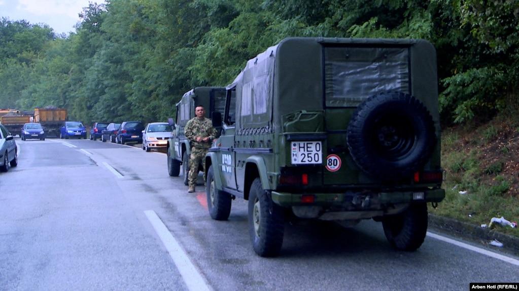 Patrulla të misionit të NATO-s në Kosovë, KFOR, në Jarinjë. (27 shtator)