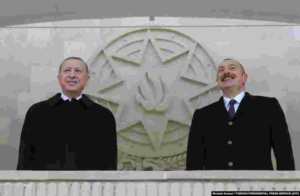 Реџеп Таип Ердоган (лево) му се придружи на неговиот азербејџански колега, Илхам Алиев, на парадата.