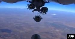 Российский военный самолет сбрасывает бомбы над Сирией