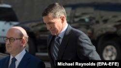 Майкл Флинн (справа), бывший советник президента США Дональда Трампа по национальной безопасности, у суда в Вашингтоне. 1 декабря 2017 года.