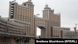 "Здание главного офиса компании ""КазМунайГаз"" в Астане."