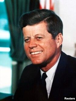 Джон Кеннеди в Овальном кабинете Белого дома. 1963