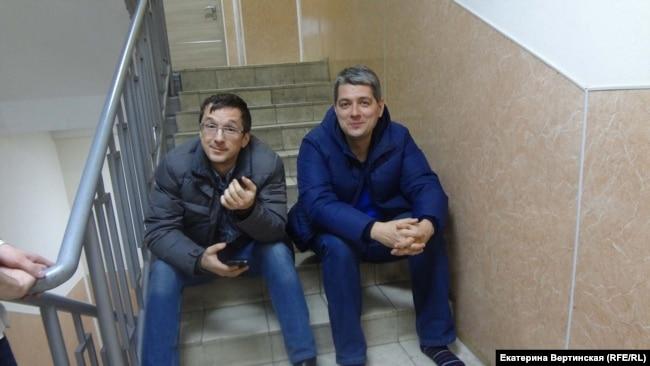 Сергей Беспалов со своим адвокатом Вячеславом Иванцом в суде за полчаса до ареста