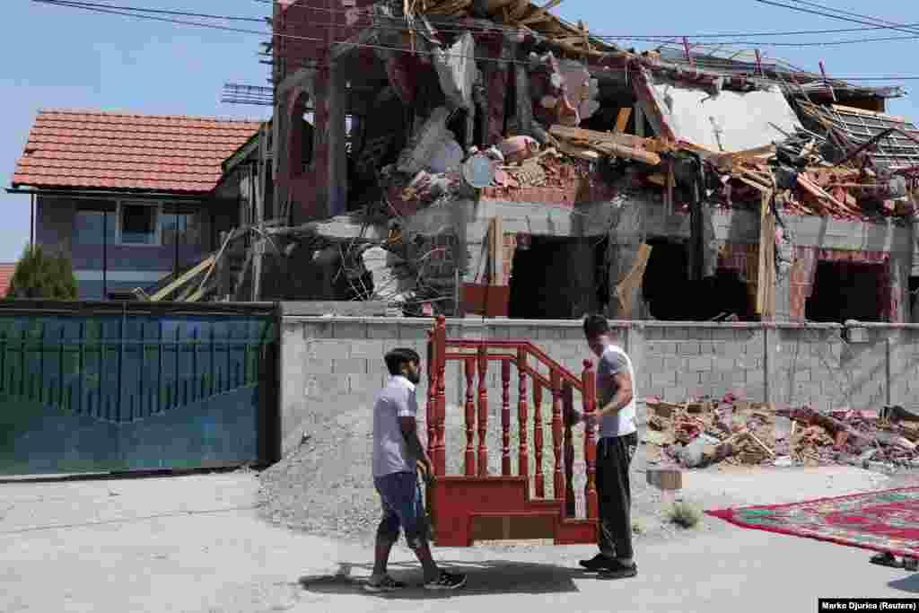 """Lokalni građani islamske veroispovesti su pružili otpor i onemogućili vlastima da sruše objekat. Međutim, buldožeri su se vratili u pratnji policije i tokom noći porušili """"nelegalno izgrađenu džamiju"""". Sve što je ostalo od verskog objekta je masa razlomljenog betona i armature. Muslimani se sada mole u susednoj kući i u drugim privatnim objektima širom Beograda."""