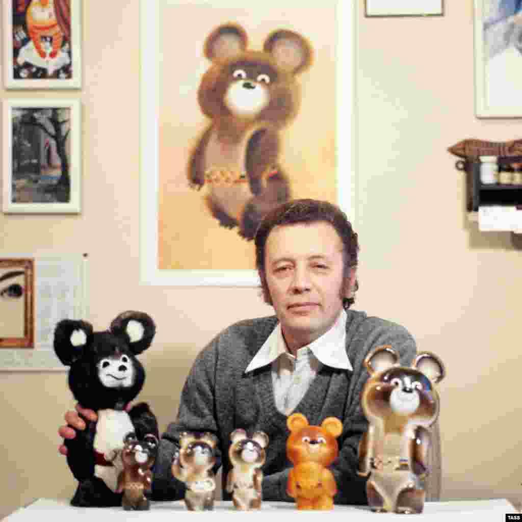 Талисманом московской Олимпиады был медвежонок Миша, запечатленный здесь вместе с его создателем, детским иллюстратором Виктором Чижиковым.