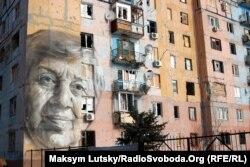 Портрет авдеевской учительницы украинского языка Марины Марченко в Авдиевке на стене многоэтажки, обстрелянной артиллерией