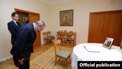 Armenia -- Prime Minister Nikol Pashinian bows his head in front of a picture of the late French President Jacques Chirac at the French Embassy in Yerevan, September 30, 2019.