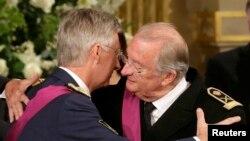 Mbreti Albert (djathtas) përqafohet me djalin e tij princin Phillippe, gjatë ceremonisë së abdikimit në Bruksel