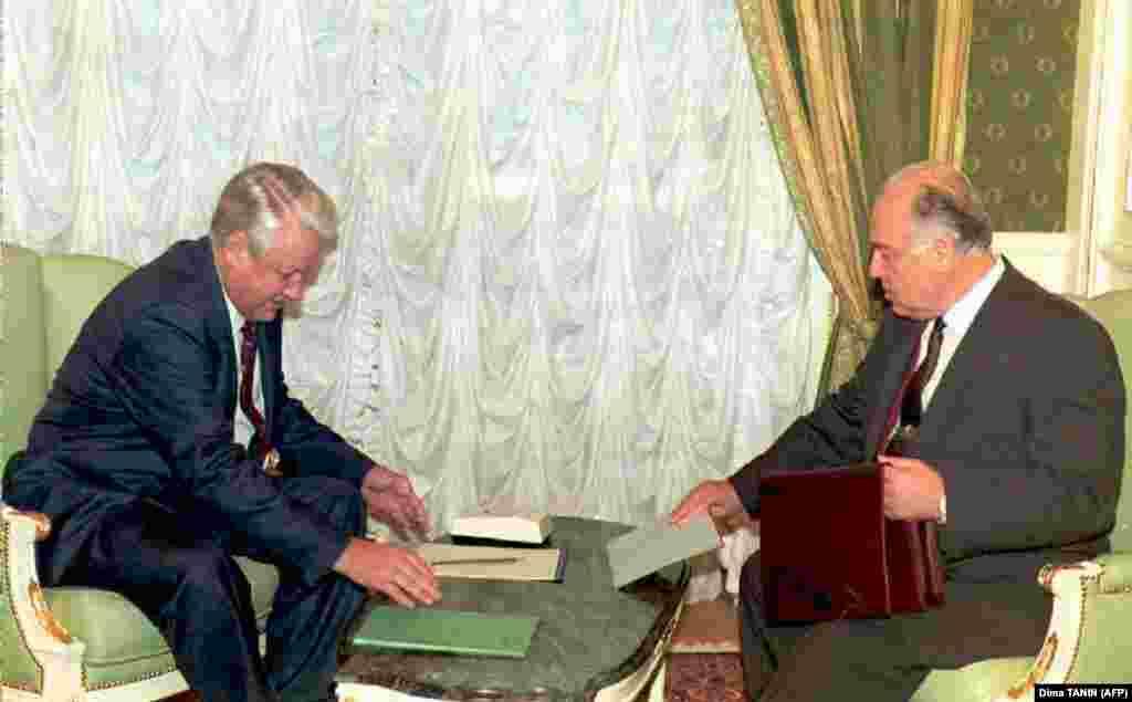 Президент России Борис Ельцин (слева) и премьер-министр России Виктор Черномырдин (справа) готовят документы для обсуждения ситуации в Чеченской республикена заседании правительства в Москве. 27 декабря 1995 года.