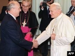 Іван Павло Другий вітає Михайла Горбачова у Ватикані. 1 грудня 1989 року. Це була перша зустріч римського понтифіка з будь-яким радянським лідером