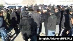 Чарбак ауылында жиналып тұрған адамдар. Қырғызстан, 7 қаңтар 2013 жыл.