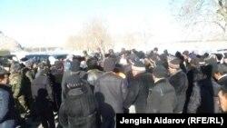 Люди в поселке Чарбак вблизи узбекского анклава Сох. 7 января 2013 года.