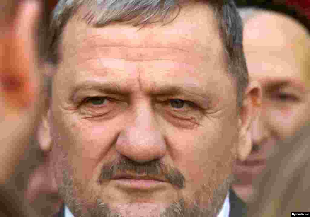 Ахмат Кадыров, в первую чеченскую войну отъявленный сепаратист, а с 2000 года – глава прокремлевской администрации республики, первый президент Чечни, влившейся в братскую семью народов новой России.
