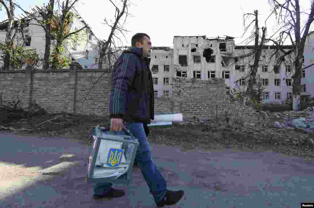 Член виборчої комісії з переноснимящикомдля голосування в селі Семенівка поблизу Слов'янська