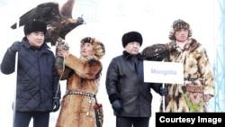 Бүркітші Сайлаухан Зәкәрияұлы (сол жақтан екінші) құсбегілердің Моңғолия құрамасымен бірге тұр. Алматы, 2 желтоқсан 2018 жыл