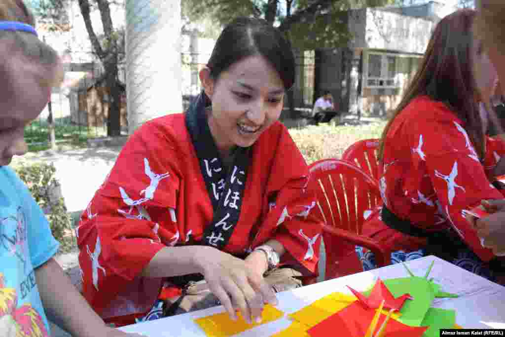 Японские волонтеры учат делать бумажных журавликов