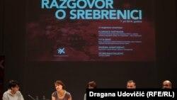Sandra Orlović, Nidžara Ahmetašević, Florens Artman, Dejan Anastasijević i Ivica Đikić tokom razgovora o Srebrenici u CZKD-u u Beogradu