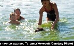 Максим, Маша и Женя Жуковы, а также Брэда