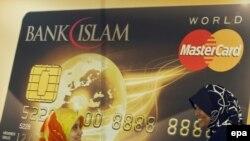 Макет пластиковой банковской карты Mastercard для мусульман. Куала-Лумпур, 3 декабря 2009 года.