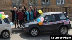 "Activists in cars decorated with balloons and ""Kamchatka To Moscow"" signs stopped en route to distribute anti-Putin and left-wing political pamphlets."