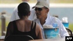 Барак та Мішель Обама під час родинного ланчу