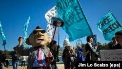 Демонстрации рядом с Конгрессом США против сбора данных Агентством национальной безопасности в октябре 2013 год.
