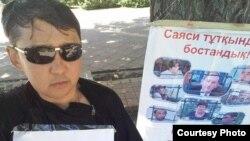 Гражданский активист Асхат Берсалимов во время одной из предыдущих акций протеста в виде голодовки «в поддержку политических заключенных».