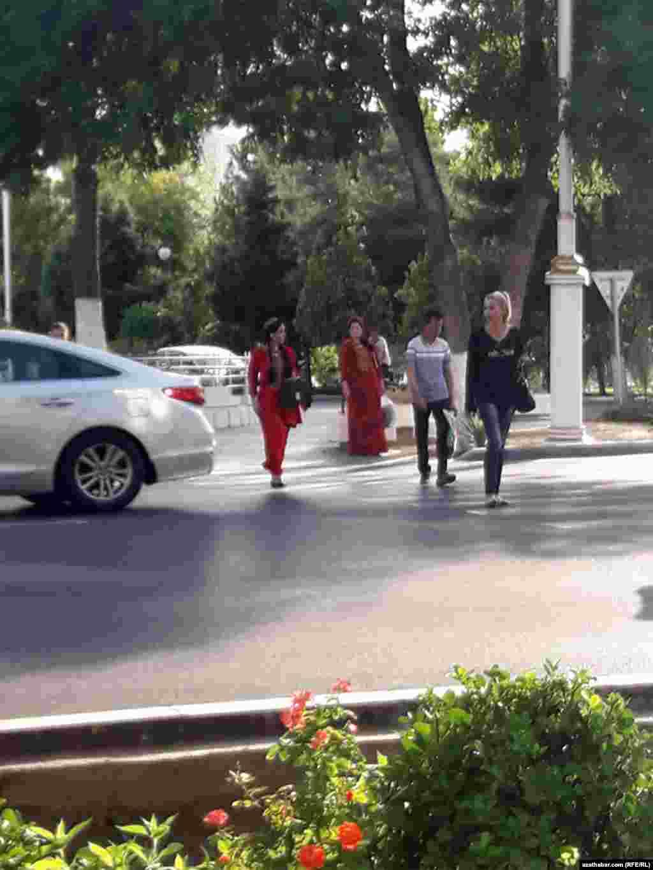 Köçeden geçýän studentler. Aşgabat, sentýabr, 2019.