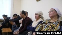 Группа оралманов в суде по иску к ним коммунального государственного учреждения «Социальное общежитие». Актау, 28 ноября 2017 года.