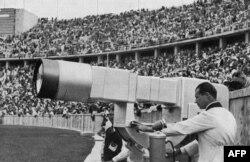 Проверка телевизионного оборудования на стадионе в Германии, август 1936 года