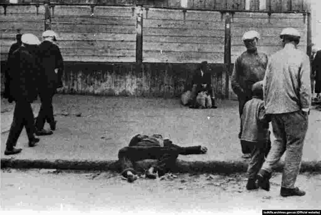 Жертва голоду. Місце і дата зйомки: УССР, 1933 рік