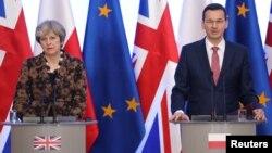 Британската премиерка Тереза Меј и полскиот премиер Матеуш Моравјецки во Варшава