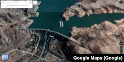 """""""Кемпир-Абад"""" же """"Анжиян"""" суу сактагычынын Google Maps сервисиндеги 3D көрүнүшү. Мында плотинанын азыраак бөлүгү Кыргызстандын аймагында турары даана көрсөтүлгөн."""
