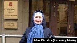 Алсу Хуҗина Русия президентының кабул итү бинасы янында