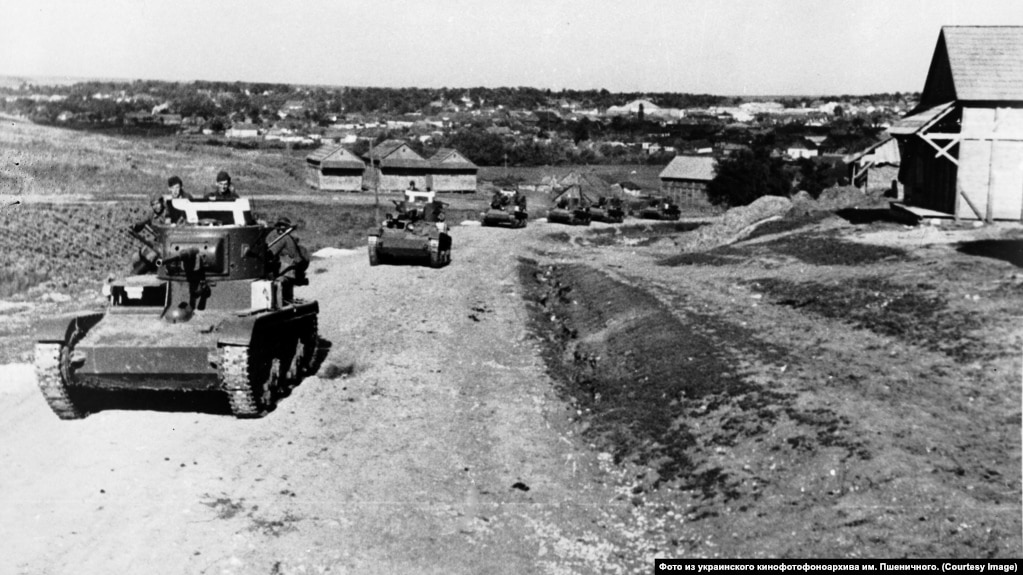 Вступление советских танков в местечко Липканы в Бессарабии, 1940 г. Снимок из украинского кинофотофоноархива им. Пшеничного